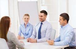 Interviewender Bewerber des Geschäftsteams im Büro stockbilder