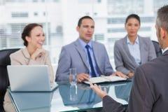 Interviewender erfahrener Mann des Arbeitsteams Stockfoto