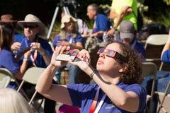 Interviewender Junge PBS-Novas nach Eklipse stockfoto