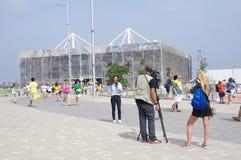 Interviewez devant le stade olympique d'Aquatics image libre de droits