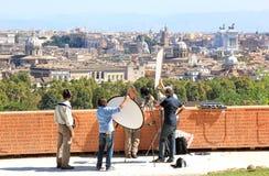 Trasmettendo per radio contro lo sfondo di Roma, l'Italia Immagine Stock Libera da Diritti