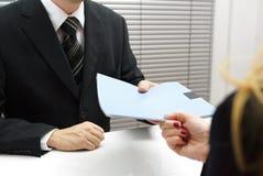 Intervista di assunzione con il richiedente femminile che consegna un archivio c Immagini Stock