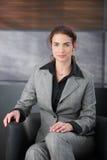 Intervista di job attendente della donna graziosa in corridoio Fotografia Stock