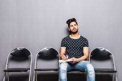 Intervista di lavoro aspettante del giovane uomo indiano nel corridoio di ricezione fotografia stock libera da diritti
