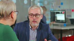 Intervista di lavoro della tenuta del dirigente di azienda delle tecnologie dell'informazione stock footage
