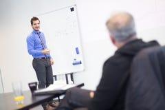 Intervista di lavoro - l'uomo d'affari ascolta le risposte del candidato Immagine Stock