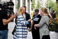 INTERVISTA TEDESCA PEOPPLE DEL REPORTER DELLA TV ARD Immagini Stock