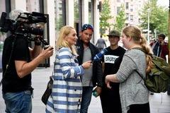 INTERVISTA TEDESCA PEOPPLE DEL REPORTER DELLA TV ARD Fotografia Stock Libera da Diritti