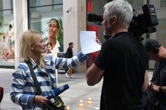 INTERVISTA TEDESCA PEOPPLE DEL REPORTER DELLA TV ARD Immagini Stock Libere da Diritti