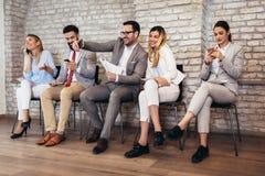 Intervju för jobb för affärsfolk väntande på royaltyfri bild