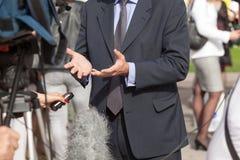 Intervju för journalistdanandemassmedia med affärsmannen Royaltyfria Bilder