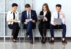 Intervju för jobb för affärsfolk väntande på Royaltyfria Bilder