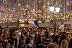 Intervju på gatan Fotbollsfan av olika länder firar segern av det franska laget Arkivfoton