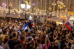 Intervju på gatan Fotbollsfan av olika länder firar segern av det franska laget Royaltyfri Bild