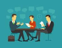 Intervjua för jobseeker- och arbetsgivaresamtal Det enkla begreppet med den funktionsdugliga kandidaten sitter på tabellläget Arkivfoton