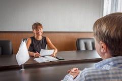 Intervjuer, när applicera för ett jobb i kontoret royaltyfria foton