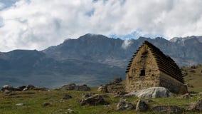 Interwał strzelanina Rosja góry Kaukaz, Północny Ossetia formacja chmury w antycznej ugodzie z thou zbiory wideo