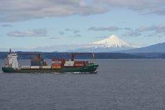Intestazione della nave porta-container lungo la costa di Patagonia, Cile Fotografie Stock Libere da Diritti