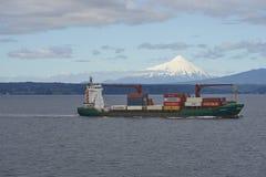 Intestazione della nave porta-container lungo la costa di Patagonia, Cile Immagine Stock