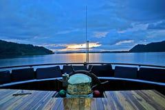 Intestazione della nave verso il tramonto nel paradiso. Fotografia Stock