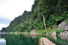Intestazione di bambù della zattera sul lago Fotografia Stock