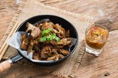 Intestin grêle de porc ou organes internes cuits à la friteuse de Chitterlings photo libre de droits