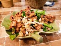 Intestini fritti nel grasso bollente della carne di maiale Fotografia Stock Libera da Diritti