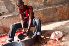 Intestinos de lavagem após o sacrifício dos carneiros de Eid Fotos de Stock Royalty Free