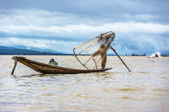 Intha在他的独木舟的渔夫渔有捕鱼网的 免版税库存照片