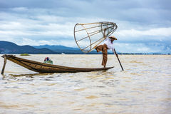 Intha在他的独木舟的渔夫渔有捕鱼网的 免版税库存图片