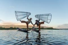 Inthavissers die in de ochtend werken Het Meer van Inle, Myanmar royalty-vrije stock afbeeldingen