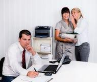 Intimider au travail dans le bureau images stock