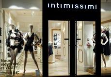 Intimissimi Lingeria品牌陈列室在晚上 免版税库存图片