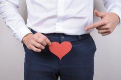 Intimitäts-Größenkonzept des großen großen langen Vergnügens vertrautes Geernteter Abschluss herauf Fotoporträt des hübschen glüc stockfoto