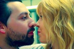 Intimt ögonblick för den förälskade mannen och kvinnan Royaltyfri Foto