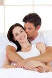 Intimt krama för par Fotografering för Bildbyråer