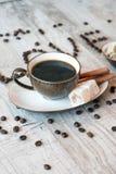 Intitule o amor dos grãos de café com copo e doces de café Imagem de Stock Royalty Free
