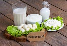 Intolerancia a la lactosa con el fondo de madera fotografía de archivo