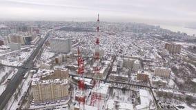 Intorno al volo aereo ha sparato della torre nel giorno di inverno, città della TV della samara stock footage