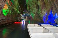 Intorno alla Cina - modello naturale nelle rocce - la caverna impressionante di Fengshuidong con lo stagno di acqua ed il ponte d Immagine Stock
