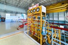 Intossichi la posizione di distribuzione in una centrale atomica la stanza della turbina fotografie stock libere da diritti