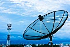 Intown de télécommunication sur le coucher du soleil Photos stock