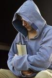 Intoxiqué sans abri d'alcool d'homme tenant un flacon photographie stock libre de droits