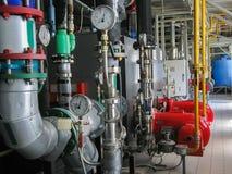 Intoxique caldeiras de vapor boiIndustrial na sala de caldeira, e burnerslers poderosos do gás da turbina na sala de caldeira do  fotografia de stock