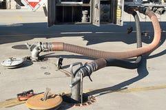 Gás que está sendo bombeado do caminhão de petroleiro Foto de Stock