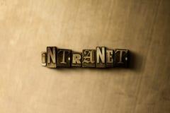 INTRANET - close-up vintage sujo da palavra typeset no contexto do metal Imagens de Stock
