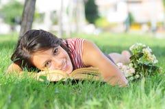Intrattenimento di giovane donna, osservante nella macchina fotografica immagine stock