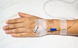 intravenös läkarundersökning för kanylhand Royaltyfria Bilder
