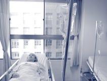 Intraveneuze druppel en een patiënt Royalty-vrije Stock Afbeeldingen