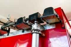 Intrekbaar die halogeenlicht op de telescoop, bij de rug van de brandvrachtwagen wordt geplaatst stock foto's